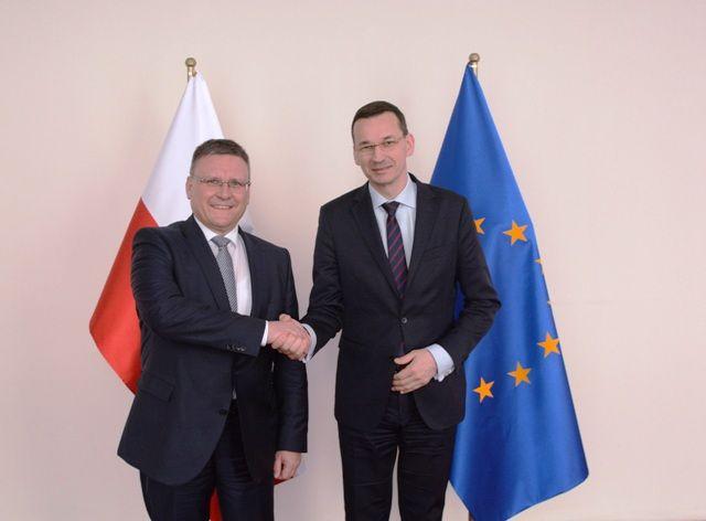 Od lewej: Frank Deiß, szef działu produkcji układów napędowych Mercedes-Benz Cars oraz Mateusz Morawiecki, minister rozwoju i wiceprezes Rady Ministrów.