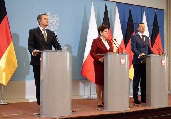 Od lewej: Markus Schäfer, członek zarządu Mercedes-Benz Cars ds. zarządzania produkcją i łańcuchem dostaw; Beata Szydło, premier RP; Mateusz Morawiecki, wicepremier i minister rozwoju.