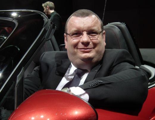 Wojciech Halarewicz, wiceprezes firmy Mazda Motor Europe za kierownicą Mazdy MX-5 podczas targów motoryzacyjnych we Frankfurcie, wrzesień 2015 roku.