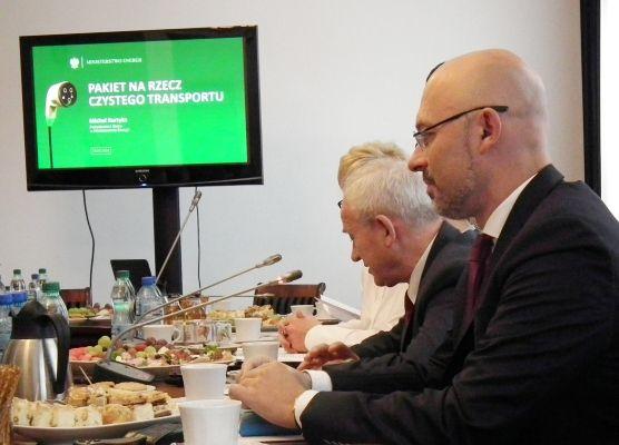 Na pierwszym planie - Michał Kurtyka, podsekretarz stanu w Ministerstwie Energii, na drugim planie - Krzysztof Tchórzewski, minister energii.